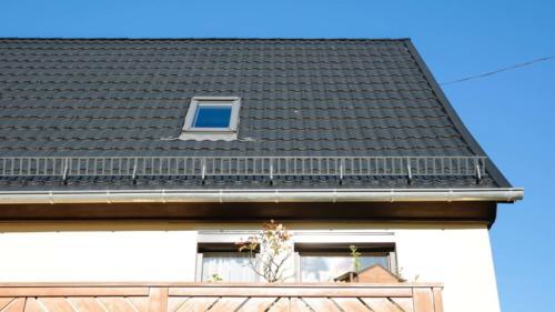 Dacheindeckung mit Decra®- Dachplatten, samtschwarz