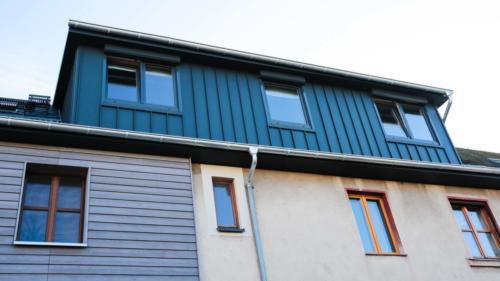 Fassadenverkleidung mit Scharen in Stehfalzdeckung aus Aluminium, anthrazit